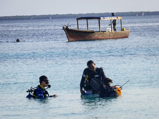 diving-instructor-in-water-2